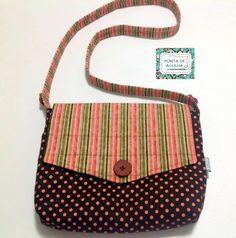Bolsa confeccionada com tecidos nacionais e quil reto. Possui bolso interno e botões decorativos. <br>Super charmosa. <br>Peça única.