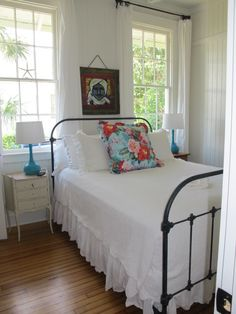 Love this room. Would love to rent a cute cottage like this at the beach.