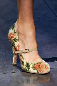 Pumps florales de Dolce & Gabbana con correita de Mary Jane …