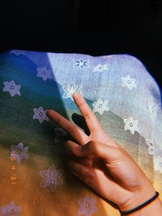 Girl Hand Pic, Girls Hand, Cute Girl Pic, Aesthetic Photo, Aesthetic Pictures, Profile Pictures Instagram, Girl Photo Poses, Tumblr Girls, Girl Photography