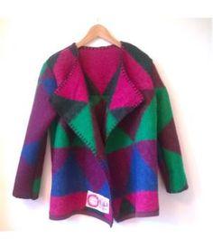 Wollen jas, gemaakt van een deken uit de jaren 70. Deze jas heeft een overslagmodel en kan op verschillende manieren gedragen worden. Afgewerkt met een festonsteek en compleet met dekenetiket! Kan op koud wolwasprogramma gewassen worden.