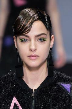 Osez la couleur directement sur vos cils, comme avec ces faux-cils fluo sur un makeup nude