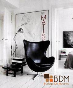 Decoración en color blanco, contrastada por este moderno sillón.