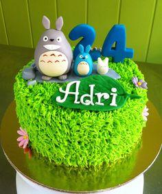 Pastel de buttercream con figuras de Totoro modeladas en fondant #totoro