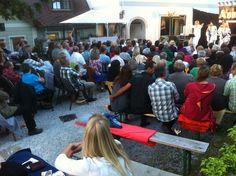 Bei den Gästen im Bühnenwirtshaus Juster herrschte tolle Stimmung während der ABBA-Show. Fotocredit: Bühnenwirtshaus Juster