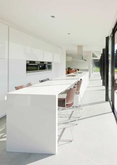 Minimalist Kitchen // Hofman Dujardin Architects have designed the Villa Geldrop in The Netherlands. I love the clean lines of the white countertop in this minimalist kitchen Long Narrow Kitchen, Narrow Kitchen Island, Long Kitchen, Natural Kitchen, Kitchen Islands, White Contemporary Kitchen, Modern Kitchen Design, Minimalist Architecture, Interior Architecture
