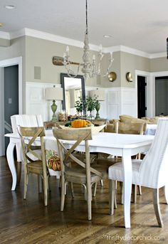 branco de mesa com cadeiras de madeira