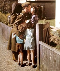Soldier coming home 1945 Vintage Kiss, Vintage Couples, Vintage Romance, Vintage Love, Vintage Stuff, Vintage Pictures, Old Pictures, Old Photos, Antique Photos