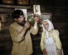 Camponeses russos testam eletricidade pela primeira vez, 1920.