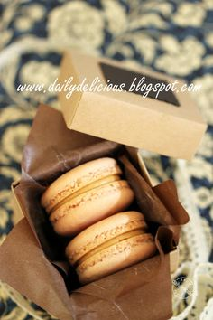dailydelicious: Penut butter macarons: ^^ I love peanut butter!