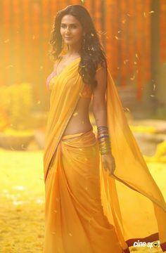 Sudh Desi Romance fame Hindi actress Vaani Kapoor latest glam photos from her south Indian debut movie Aaha Kalyanam. Vaani Kapoor photos from aha kalyanam, Vaani kapoor new pics Indian Beauty Saree, Indian Sarees, Indian Dresses, Indian Outfits, Moda India, Indie Mode, Lehenga, Anarkali, Saree Photoshoot