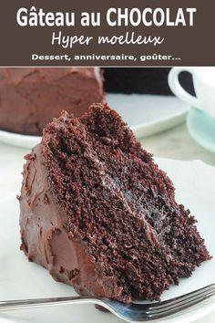 Délicieux gâteau au chocolat hyper moelleux avec une ganache. Recette toute simple, à base d'huile, sans beurre. Il est tellement facile, même pas besoin de batteur électrique. Parfait pour toutes les occasions. C'est l'un des gâteaux que je fais pour l'anniversaire de ma fille. via @lacculinaire