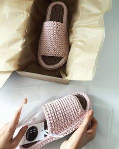 Crochet Slipper Boots, Crochet Shoes, Crochet Slippers, Crochet Poppy, Free Crochet Bag, Knit Crochet, Crochet Baby Dress Pattern, Crochet Patterns, Crochet Bag Tutorials
