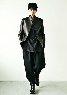 カズユキ クマガイ(KAZUYUKI KUMAGAI)の2016-17年秋冬コレクションは、ldquoルーズシルエットdquoをキーに、堅苦しさを感じさせないワードローブを披露。絶妙な緩さで身体を覆っ...