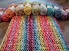 """Ik werd zo blij van het haken van deze deken, dat ik hem """"mijn blije deken' heb genoemd. En nog steeds word ik blij als ik ernaar kijk, als ik hem gebruik. Het is een vrolijke deken om te zien, het is een heerlijke deken om te gebruiken. Het is een deken die je erg …"""