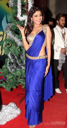 Shilpa Shetty is in a festive mood as she celebrated Christmas on the sets of celebrity dance show 'Nach Baliye' Saree Wearing Styles, Saree Styles, Saree Gown, Sari Dress, Indian Beauty Saree, Indian Sarees, Indian Dresses, Indian Outfits, Bollywood Fashion