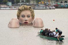'La Bagnante', una gigantesca scultura spunta dalle acque ad Amburgo
