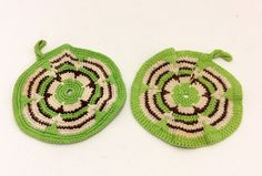 adorable Swedish handmade pair of potholders. crochet in great colors.enjoy!   c o n d i t i o n used but in great condition   m e a s u r e m e n t diameter 17 cm   more potholders/owen mitts: https://www.etsy.com/se-en/shop/ThriftMachine?ref=l2-shopheader-name§ion_id=17987767   s h i p p i n g :  - we happily ship all over the world !  - your item will be carefully packed and shipped within 2 days of purchase.  - whenever possible, we will combine shipping. we always refund overpayment of…