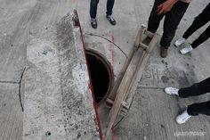 """""""ขบวนการลักลอบทิ้งกากอุตสาหกรรม""""  ท่อหลุมขนาดใหญ่ที่ถูกขุดบริเวณข้างถนน ในหลายๆ พื้นที่ในจังหวัดสมุทปราการ คาดว่าจะเป็นท่อที่กระบวนการลักลอบปล่อยน้ำเสียใช้เป็นที่ปล่อยน้ำเสียลงไปในท่อบำบัดน้ำเสียคลองด่าน ซึ่งถูกศาลยกเลิกโครงการเพราะมีการคอรัปชั่น    © เริงฤทธิ์ คงเมือง/ Greenpeace"""
