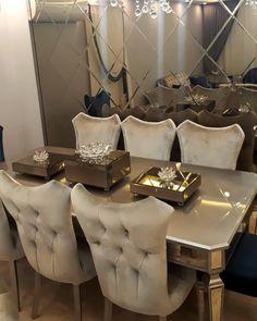 Lüks doku ve desenler, dekoru göz alıcılaştıran detaylar. Şık ve gösterişli bir ev. Home Room Design, Living Room Designs, Decoration Bedroom, Room Decor, Types Of Furniture, Furniture Design, Cozy Furniture, Dining Room Table Decor, Luxury Dining Room