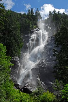 Shannon Falls located in Squamish, BC can be seen on the drive from Vancouver to Whistler. Vancouver, British Columbia, Rocky Mountains, Places To Travel, Places To See, Saint Leu, Beautiful World, Beautiful Places, Capital Of Canada