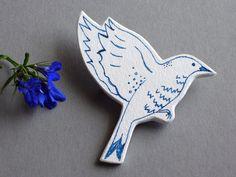 Filigraner, blauer Vogel als frischer Begleiter für den Sommer.   Große Brosche mit einer Originalzeichnung von mir.  Meine Broschen entstehen k...