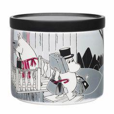 Seikkailu muutto -purkissa vuodelta 2013 on kuuluisa kuvitus kirjasta Muumipeikko ja pyrstötähti. Arabian taiteilija Tove Slotte-Elevant on suunnitellut tämän kuvituksen alkuperäisten kuvitusten pohjalta. Täydellinen piilopaikka herkuille ja aarteille.