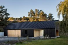 US architecture firm Worrell Yeung has pared back the rural vernacular of the Hudson River Valley to create a contemporary black barn in Upstate New York. La Shed Architecture, Chinese Architecture, Modern Barn House, Contemporary Barn, Black Barn, Shed Homes, Wooden House, Traditional House, House Painting