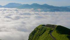 九州(福岡県・佐賀県・長崎県・熊本県・大分県・宮崎県・鹿児島県)は観光名所も多く、食事もお酒も美味しいことで有名ですよね!そんな中から今回は絶景スポット8つをご紹介します♡どれも美しいので今スグ九州観光に行きたくなっちゃう!日本もまだまだ自然豊かなところはたくさんあります!
