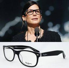 """Las #gafas de pasta negras se han convertido en un complemento """"it"""" y la actriz #SandraBullock ha sido la última en caer en la tentanción.  Si te gusta este estilo, ficha éstas de la nueva colección de Pepe Jeans para Opticalia."""
