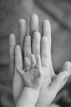 Photo bébé Plus fotos Photos & Baby Books Photo Bb, Jolie Photo, Hand Photo, Photo Tips, Foto Newborn, Newborn Shoot, Newborn Photo Shoots, Newborn Pictures, Maternity Pictures