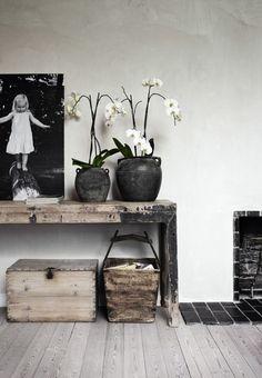 Toutes les nuances de gris, noir, et blanc se retrouvent chez Stine et Simon, dans leur maison située au nord de Copenhague. La lumière inonde tous les espaces, dans cette ancienne demeure construite