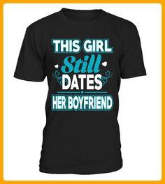 This Girl Still Dates Her Boyfriend - Shirts für neffen und nichten (*Partner-Link)