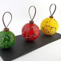 Chocolate Showpiece, Chocolate Art, Chocolate Molds, Chocolate Christmas Gifts, Christmas Goodies, Christmas Bulbs, Christmas Cupcakes, Christmas Desserts, Cupcake Recipes For Kids