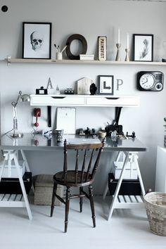 renovera arbetsrum, arbetsrum, bilder före och efter renovering, arbetsrum i grått och vitt, vit parkett, tarkett