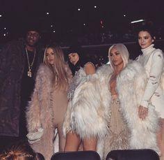 Las kardashians marcando estilo como siempre