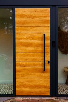 Prachtige voordeur vleugeoverdekkend van Polytec. Art decor line met houtlook en Diepzwart V groef Keuze in hout kleuren Desert Oak Blank Monument Oak Mountain Oak Turner Oak Dit is een kunststof voordeurpaneel. Trap