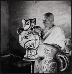 Pablo Picasso In his Studio / Vallauris (Alpes-Maritimes) circa 1950 Pablo Picasso, Picasso Art, Picasso Paintings, Picasso Drawing, Picasso Pictures, Cubist Movement, Georges Braque, Spanish Artists, Portraits