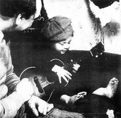 Django Reinhardt learn his son to pla the ukulele.