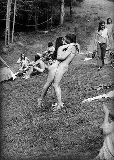 El amor en la sociedad de consumo Son muchos los acontecimientos ocurridos en los últimos siglos que finalmente han permitido integrar el amor romántico y el placer sexual en la unión matrimonial: la explosión sentimental del siglo XIX paralelamente...