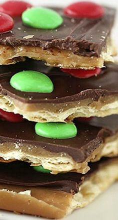 BEST Christmas Crack Toffee Recipe (only 15 mins!) - I Heart Naptime Christmas Crack Toffee.the best! Köstliche Desserts, Holiday Baking, Christmas Desserts, Delicious Desserts, Dessert Recipes, Yummy Food, Dinner Recipes, Dinner Ideas, Unique Desserts