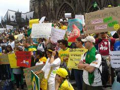 22/06 - Mais de 500 pessoas participaram neste sábado, em Colônia, na Alemanha, de passeata em apoio às manifestações realizadas no Brasil. Brasileiros e estrangeiros andaram lado a lado pela cidade europeia com cartazes escritos em várias línguas