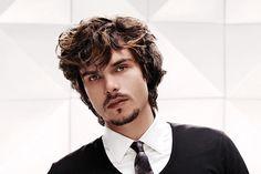 die kantige Men Frisur ist alles über die geometrische Ausgewogenheit der Features. Mit natürlich welliges Haar schafft der Schnitt einer keilförmi...