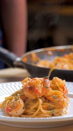 A procura de uma receita fácil, rápida e gostosa? Experimente essa de espaguete com camarões ao molho rosé!