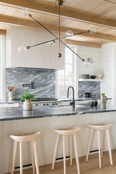 Kitchen Post, Boho Kitchen, Kitchen Decor, Kitchen Ideas, Interior Desing, Interior Design Kitchen, Stone Backsplash, Kitchen Backsplash, Ceiling Detail