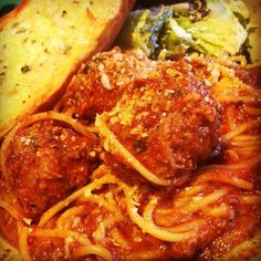 """#TGWC House Made Pasta & Meatballs Marinara: Cooked in a Zesty Pancetta Marinara Sauce Cheesy Garlic Bread with a Salad of Romaine Croutons Parmesan Cheese and Caesar Dressing #TG #TenderGreens #WalnutCreek #EastBay #BayArea #Yum #FarmToFork"" via @tendergreenswalnutcreek"