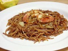 Fideos rossos con sepia y gambones, normalmente este plato se prepara con los fideos fritos y un buen caldo o fumet de pescado.