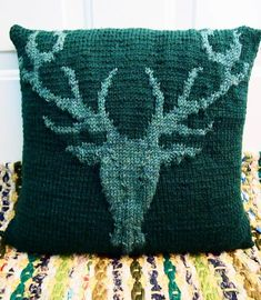 Knitting+Pillow+Patterns+for+Beginners | Stag's Head Pillow by kraftling | Knitting Pattern