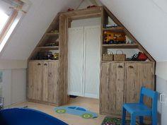 Roomdevider van steigerhout op de zolderverdieping, handig en efficicënt een kamer erbij!