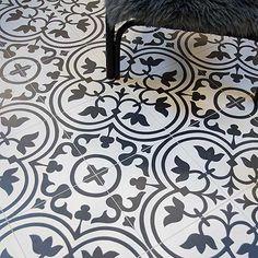 Klinker Hydraulic har ett klassiskt Marrakech utseende och mönster. Det är en glaserad granitkeramik och i motsats mot en cementplatta behöver den inte behandlas på något sätt, är okänslig för fläckar, slits inte ned och är lätt att hålla ren.Passar på både golv och vägg.Tänk på om du lägger in klinker som är större än 20x20 cm på badrumsgolv där du vill ha en golvbrunn så behöver du en väggnära brunn.